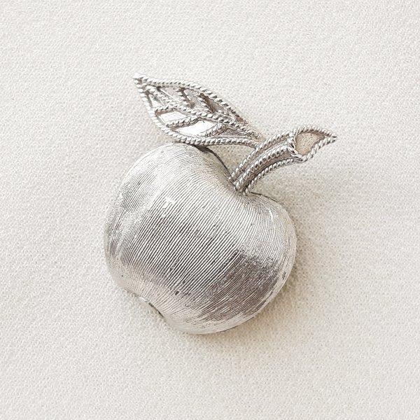 Винтажная  миниатюрная брошь «Яблочко» от Trifari для любителей старины и антиквариата