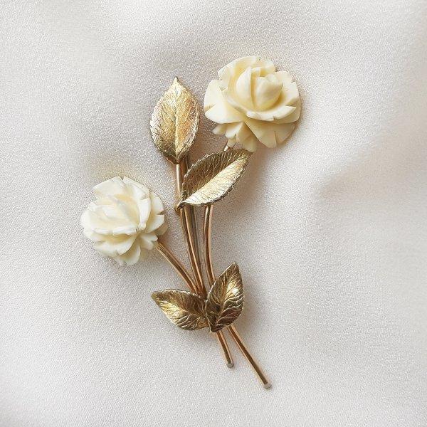 Винтажная брошь из кости «Белые розы» от Krementz для любителей старины и антиквариата