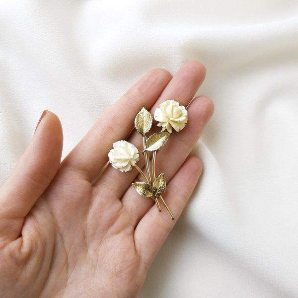 Винтажная брошь из кости «Белые розы» от Krementz это настоящая бижутерия класса люкс