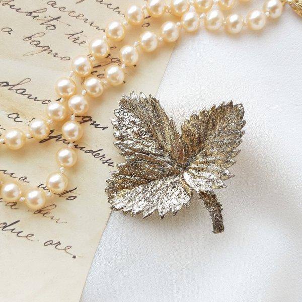 Винтажная серебряная брошь «Лист клубники» от Flora Danica для любителей старины и антиквариата