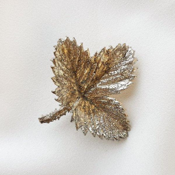Винтажная серебряная брошь «Лист клубники» от Flora Danica это настоящая бижутерия класса люкс