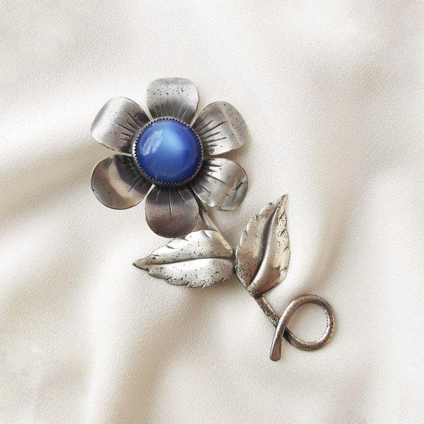 Антикварная серебряная брошь «Синий цветок» от Coro Купить