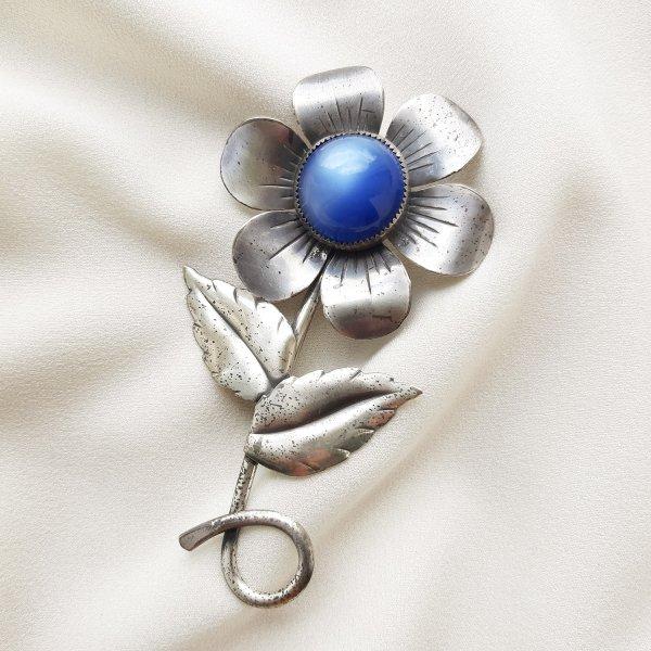 Антикварная серебряная брошь «Синий цветок» от Coro Старинные украшения