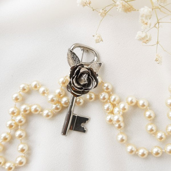 Антикварная брошь «Серебряный ключ» от Coro Купить