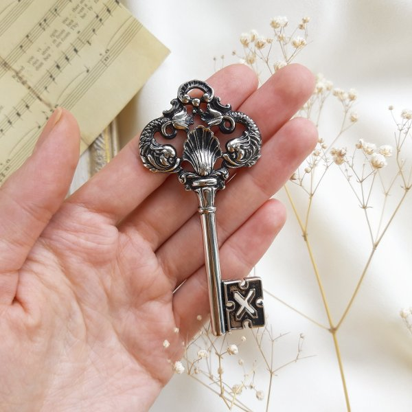 Дизайнерская винтажная брошь «Ключ» от Ginnie Johansen Купить винтаж