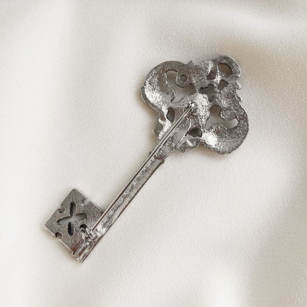 Дизайнерская винтажная брошь «Ключ» от Ginnie Johansen Купить антиквариат