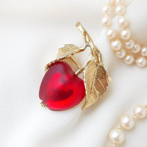 Винтажная брошь «Красное яблочко» от Napier Старинные украшения