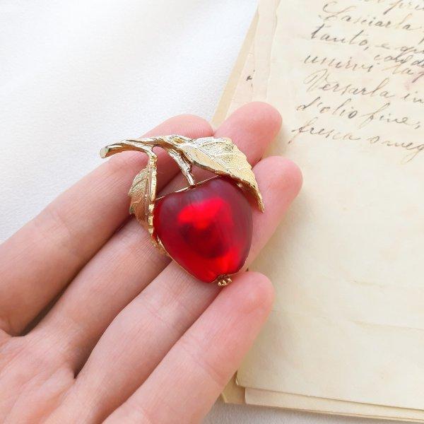 Винтажная брошь «Красное яблочко» от Napier Купить винтаж