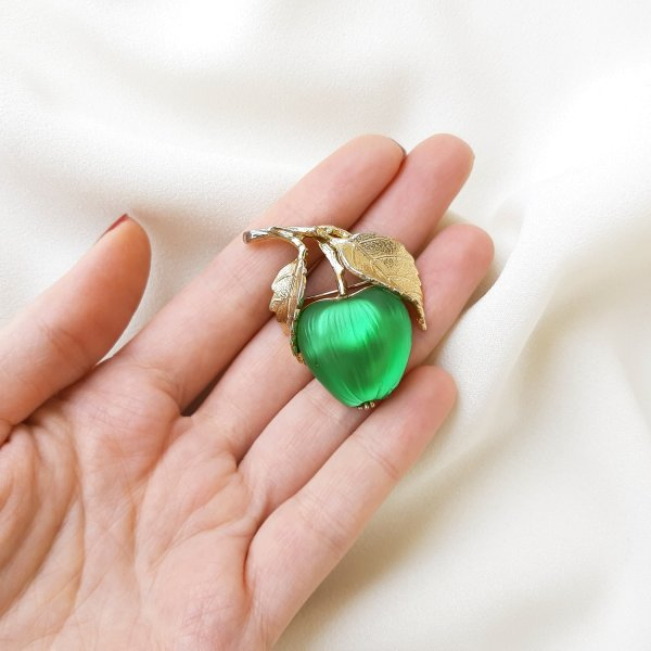 Винтажная брошь «Зеленое яблочко» от Napier Старинные украшения